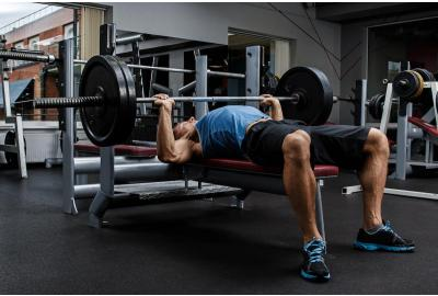 Man benching chest press in the gym