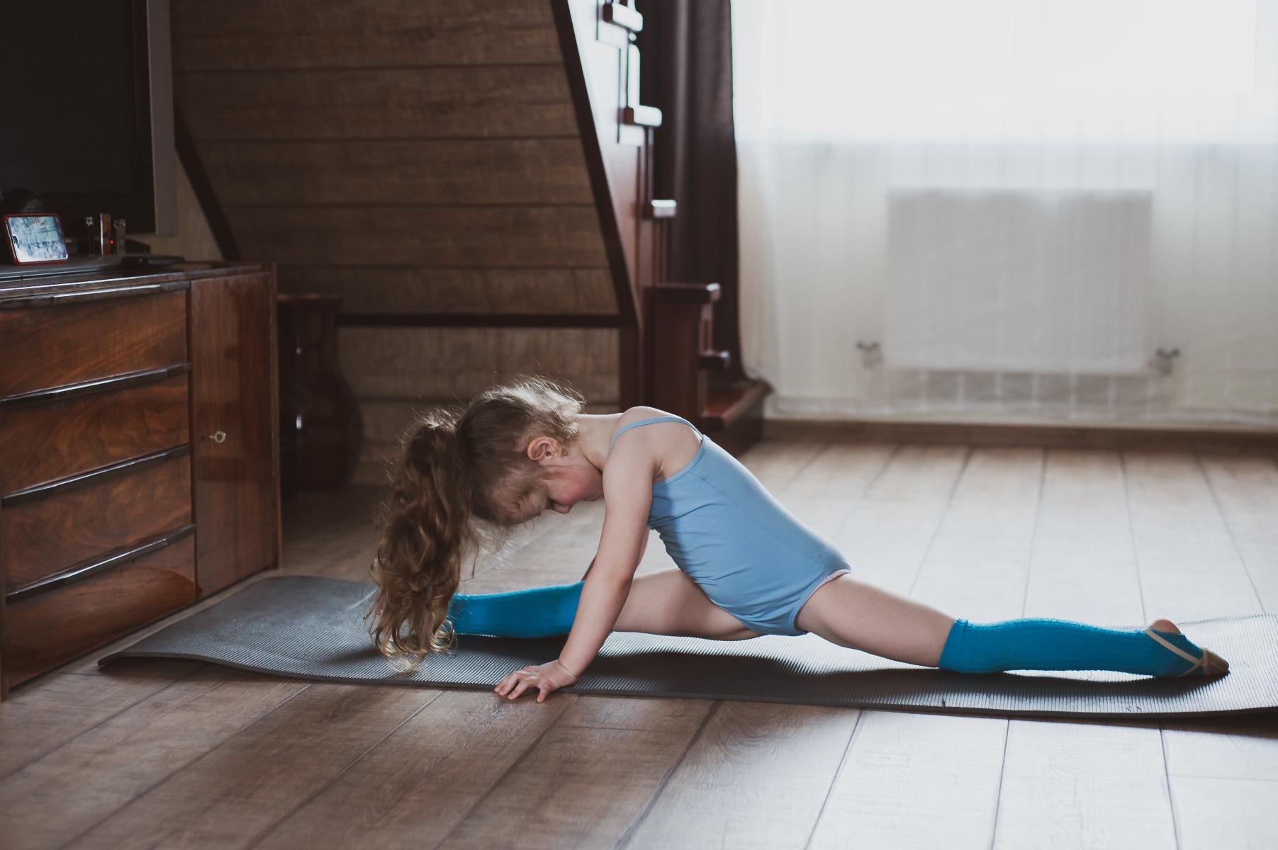 girl doing splits